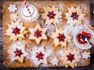 Коледни маслени линцерови сладки с форма на звезда и сладко от ягоди